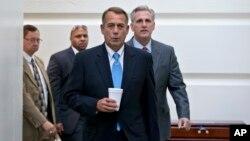 Ketua DPR AS John Boehner, R-Ohio, bersama anggota DPR dari Partai Republik Kevin McCarthy, berjalan menuju ruang pertemuan di gedung Capitol (15/10). (AP/J. Scott Applewhite)