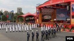 庆祝中华民国104年双十庆典上的三军仪队表演(美国之音李逸华拍摄)
