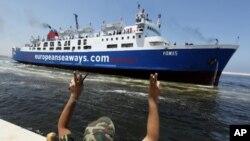 一名叛軍6月24日在班加西一個港口歡迎紅十字會輪船靠岸。該船從首都的黎波里疏散300人。
