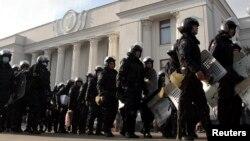 2月21日﹐位於基輔國會大樓外大批防暴警察。