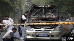 Yeni Delhi'de İsrail askeri ataşesinin bombalanan aracını inceleyen Hintli polisler