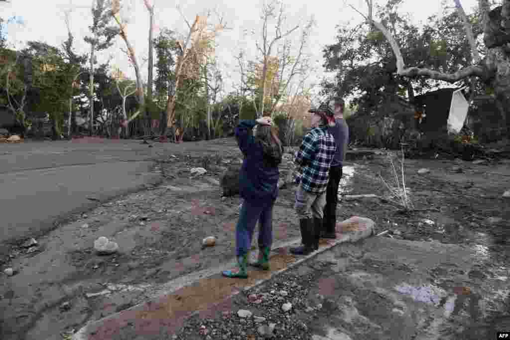 Des résidents observent la boue, les débris et la destruction causés par une coulée de boue massive à Montecito, en Californie, le 10 janvier 2018.