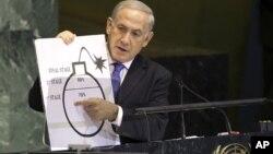 Thủ tướng Israel Benjamin Netanyahu sử dụng bản vẽ một trái bom để giải thích về sự quan ngại của ông đối với tham vọng về hạt nhân của Iran khi ông phát biểu tại phiên họp của Đại hội đồng Liên hiệp quốc, 27/9/12