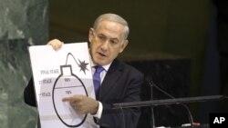 اسرائیلی وزیرِاعظم بینجمن نیتن یاہو اقوامِ متحدہ کی جنرل اسمبلی سے خطاب کرتے ہوئے مندوبین کو ایران کے جوہری بم کے خطرات سے آگاہ کر رہے ہیں