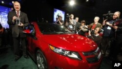 通用汽车的代表在底特律的汽车展中,接受雪佛兰沃尔特赢得的北美年度汽车奖