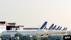 Vue partielle de l'aire de stationnement des avions d'Air France, le 06 septembre 2002 à l'aéroport de Roissy, en France. (Photo by JACK GUEZ / AFP)