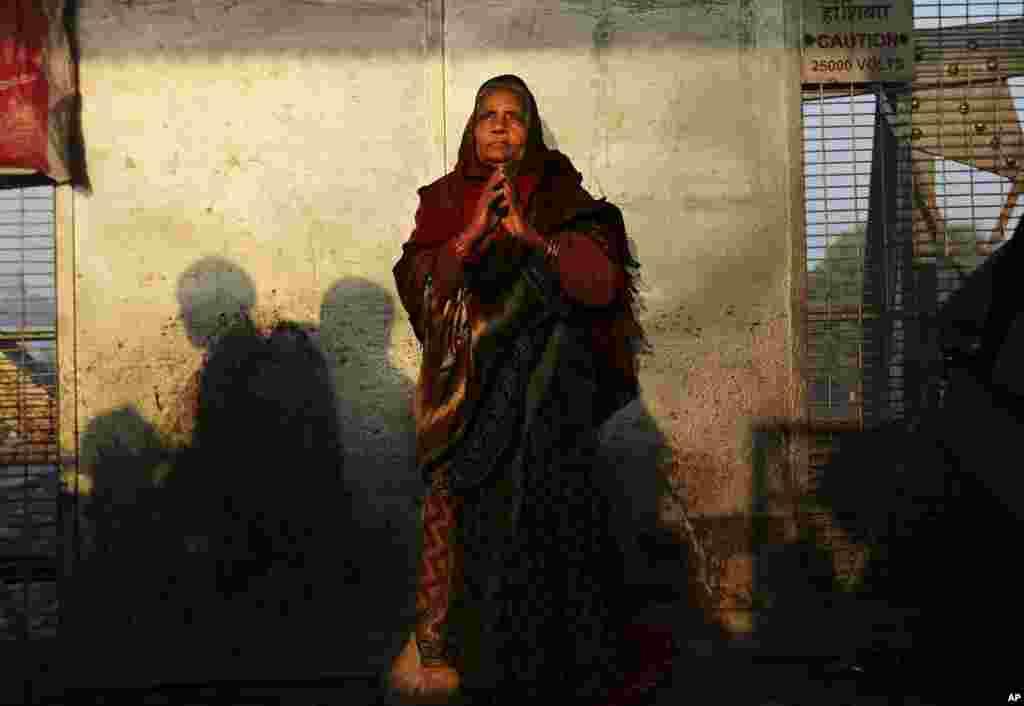 Một phụ nữ đứng cầu nguyện tại sân ga xe lữa gần nơi diễn ra vụ giẫm đạp đêm hôm trước tại Allahabad.