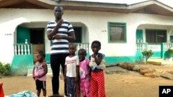 James Harris, le veuf de Salome Karwah, et ses enfants posent pour des photographies en dehors de sa maison à Monrovia, Liberia, 2 mars 2017.