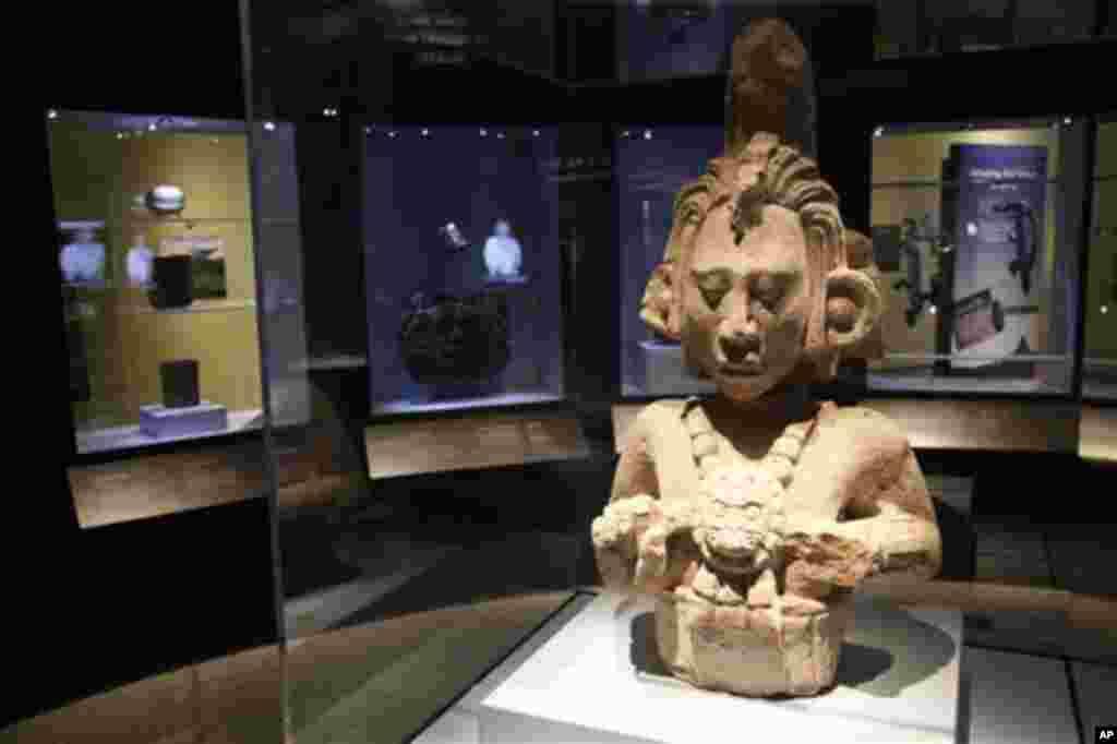 """La piedra de Copán Estela 11, que hace parte de """"Maya 2012: los caballeros del tiempo"""", en el Museo de Arqueología y Antropología de la Universidad de Pennsylvania."""