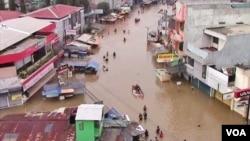 Banjir memutuskan akses jalan raya yang menghubungkan Kabupaten Bandung dengan kota Bandung 14/4 (foto: VOA/Wulan).