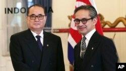 인도네시아를 방문한 북한 리수용 외무상(왼쪽)이 13일 자카르타에서 인도네시아의 마르티 나탈레가와 외무장관과 회담했다.