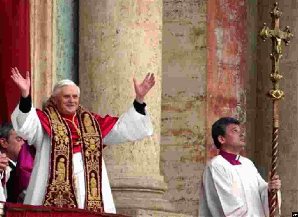 2005年4月19日 刚当选教皇的本笃16世从梵蒂冈中心露台向信众挥手致意