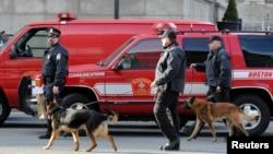 Polisi dan anjing pelacak menyisir wilayah terjadinya ledakan dekat garis finish lomba marathon Boston (15/4).