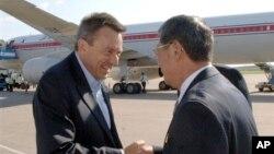 Presiden Palang Merah Internasional (ICRC), Peter Maurer (kiri), disambut pejabat Korea Utara dalam saat tiba di bandar udara Pyongyang (20/8). (AP/KCNA via KNS)