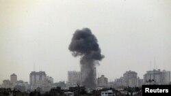 غزہ میں اسرائیلی فضائی حملے کے بعد عمارتوں سے دھواں اٹھ رہا ہے۔