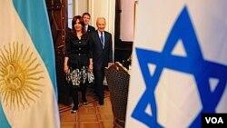 """Peres dijo que la presidenta es """"una de las personalidades más sobresalientes que habla en contra del anti-semitismo y del racismo""""."""