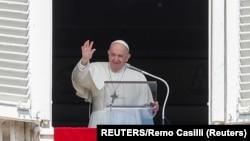 Papa Franja tokom nedeljne mise na Trgu Svetog Petra u Vatikanu (Foto: Reuters/Remo Casilli)