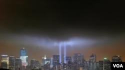 Una década después de los ataques terroristas del 11 de septiembre de 2001, los estadounidenses se emocionaron con el recuerdo durante la ceremonia de homenaje.