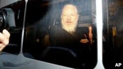 Джулиан Ассанж в полицейском фургоне