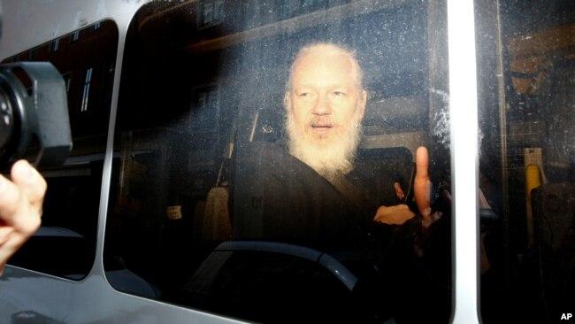 11일 영국 경찰에 체포된 '위키리크스' 설립자 줄리언 어산지가 호송차에 타고 있다.