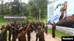 Norcoreanos se alistan en el ejército, según esta foto divulgada por la agencia norcoreana de prensa.