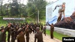 Dân Bắc Triều Tiên đăng ký đi lính trong bức ảnh không đề ngày tháng do thông tấn xã Bắc Triều Tiên KCNA phát hành tại Bình Nhưỡng, ngày 23/8/2015.