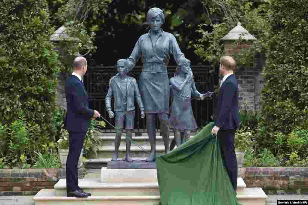 Os irmãos, príncipes William e Harry, revelam a estátua que eles comissionaram para a sua mãe, Princesa Diana, no que teria sido o seu 60º aniversário. Palácio de Kensington, 1 de Julho 2021
