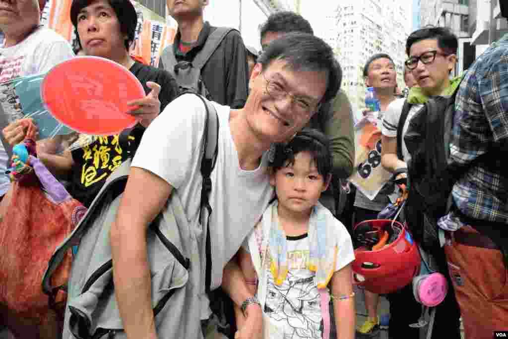 香港市民葉先生帶同5歲女兒參與7-1大遊行(美國之音 湯惠芸攝)