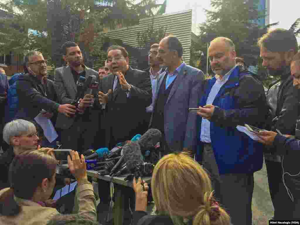 گروهی با عنوان اتحادیه عرب و ترک، در مقابل کنسولگری عربستان در استانبول می گویند از توضیحات سعودی قانع نشده اند و خواستار شواهد بیشتر درباره مرگ جمال خاشقجی هستند.