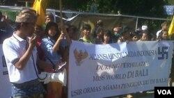 30 mahasiswa Bali yang tergabung dalam Aliansi Hindu Muda Indonesia menggelar aksi mendukung pelaksanaan kontes Miss World di Bali (foto: VOA/Muliarta).