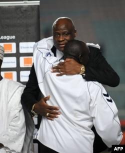 Le président de la Fecofa, Constant Omari, dans les bras de l'entraîneur du TP Mazembe, Lamine Diaye, Tunis, le 13 novembre 2010