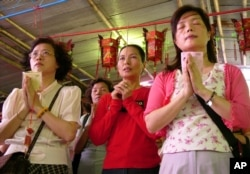 在台北文昌庙,母亲们在孩子参加大学入学考试前焚香祈福(资料照)