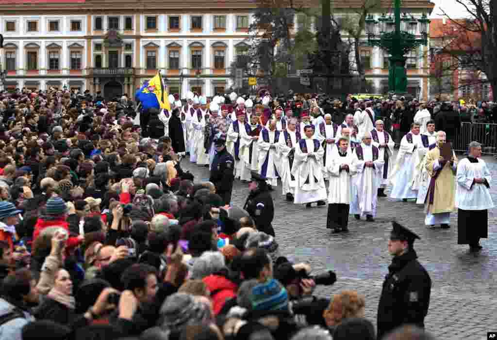 2011年12月23日:在布拉格城堡的圣维图斯大教堂,天主教神父列队出席已故前总统哈维尔的葬礼。来自世界各地的国家元首、政府官员以及捷克的普通民众向哈维尔道别。(Reuters)