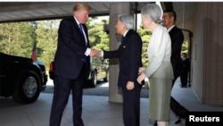 جاپانی شہنشاہ اکی ہیٹو اور ملکہ میچیکو شاہی محل میں صدر ٹرمپ کا ستقبال کر رہے ہیں