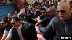 Kandida a la prezidans e ansyen chèf lame a Abdel Fattah al-Sissi, debake nan yon biwo vòt nan vil Lekèr.(Foto: 26 me 2014).