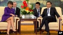 د امریکا د تجارت وزیره پیني پرتزکر او د چین لومړی وزیر لي کیګ یانګ په چین کې د لیدوکاتو پرمهال