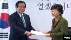 韓國當選總統朴槿惠與到訪的日本特使額賀福志郎會晤(視頻截圖)