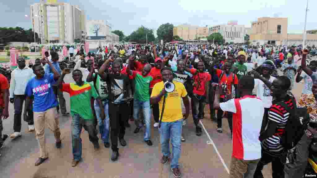 Os manifestantes gritam palavras de ordem contra a guarda presidencial em Ouagadougou, Burkina Faso, 16 Setembro, 2015.