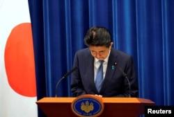 Perdana Menteri Jepang Shinzo Abe membungkuk saat berlangsungnya konferensi pers, di mana dia mengumumkan pengunduran dirinya karena masalah kesehatan, di kediaman resmi perdana menteri di Tokyo, Jepang, Jumat, 28 Agustus 2020.