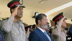 10일 카이로 공군기지 행사에 참석한 무함다드 무르시 이집트 대통령.