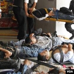 Para penumpang yang luka-luka dibaringkan di stasiun Buenos Aires sebelum diangkut ke rumah sakit (22/2).