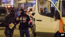 Cảnh sát điều tra một khu vực nơi nghi can khủng bố Mohamed Abrini bị bắt tại Brussels, ngày 08 tháng 4 năm 2016.