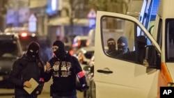 Polisi menyelidiki daerah tempat tersangka teror Mohamed Abrini ditahan di Brussels, Jumat (8/4). (AP/Geert Vanden Wijngaert)