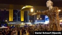 香港民間藝術家製作的巨型撐傘人體塑像在政府總部外的抗議場地擺放。