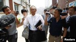 2012年5月4日王晓岷(Robert S. Wang)手持给陈光诚的礼品袋前往北京朝阳医院(资料照片)