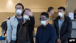 戴著口罩的中國旅客在洛杉磯國際機場等待飛往上海的臨時機位。 (2020年2月2日資料照)