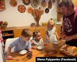 Фото: Ігор пригощає онуків першим медом