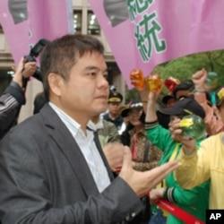 民进党发言人庄瑞雄和民进党支持者