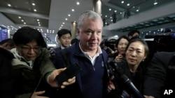 Stephen Biegun, Représentant Spécial des États-Unis en Corée du Nord, interrogé par des journalistes à son arrivée à l'aéroport international d'Incheon en Corée du Sud, le 3 février 2019.