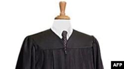 回收塑料瓶做成的毕业服和一般毕业服外观无异